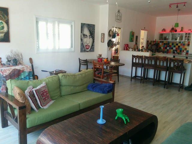 Creativ, well-lighted apartment in Hod Hasharon