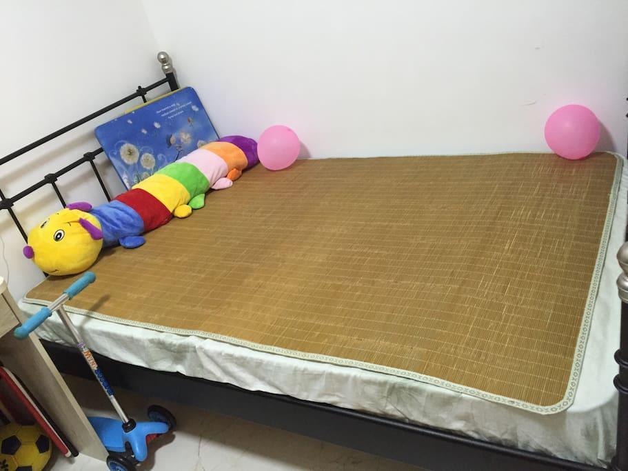 1.2米大床可供两大人,情侣或夫妻同住。