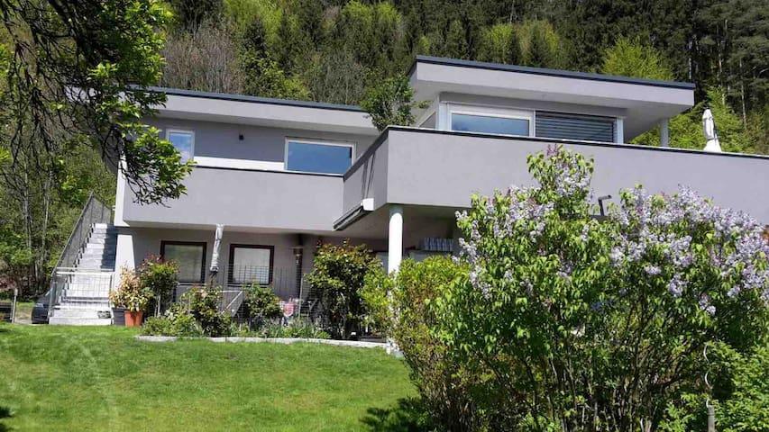 Wohnung im Grünen mit Garten und Biotop