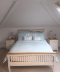 Spacious Ensuite Double Room in Substantial House - Charlton Kings