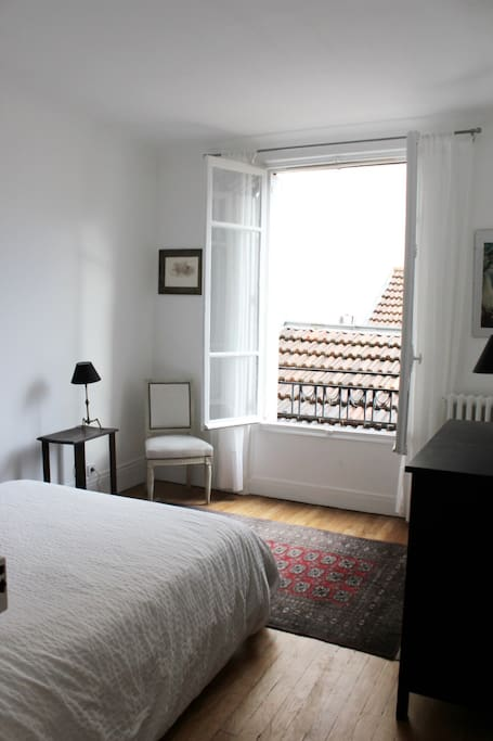 La chambre 1, sur cour ( lit double)   Bedroom 1 with its double bed, courtyard