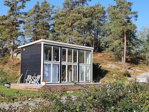 Stuga i lantlig, havsnära miljö i Stenungsund