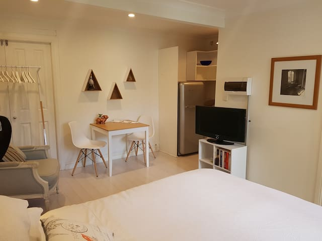 Stylish, self-contained studio with free breakfast - Petersham - Apartment