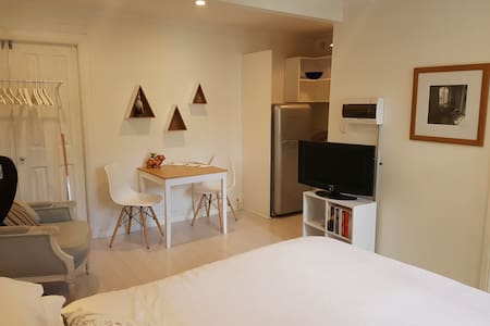 Stylish, self-contained studio with free breakfast - Petersham - Appartement