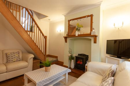 Cosy Heather Cottage, Ashbourne Centre, sleeps 2-5