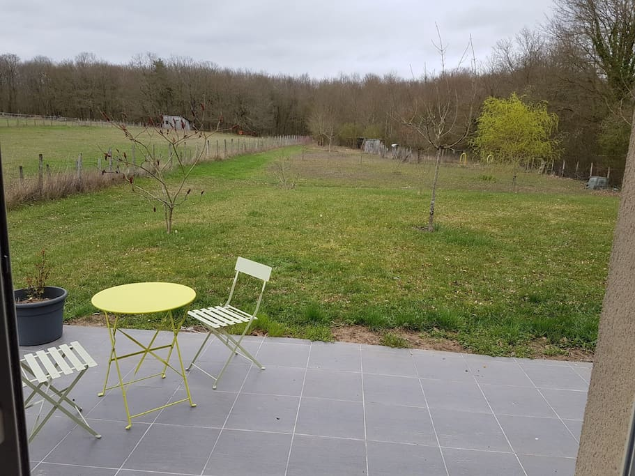 Terrasse pour le petit déjeuner et grand jardin en lisière de forêt