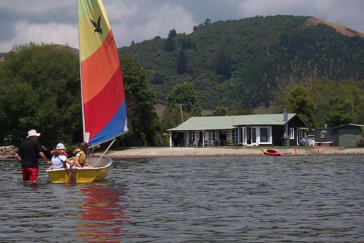 Mahoenui Lakeside Cottage - Rotorua - House