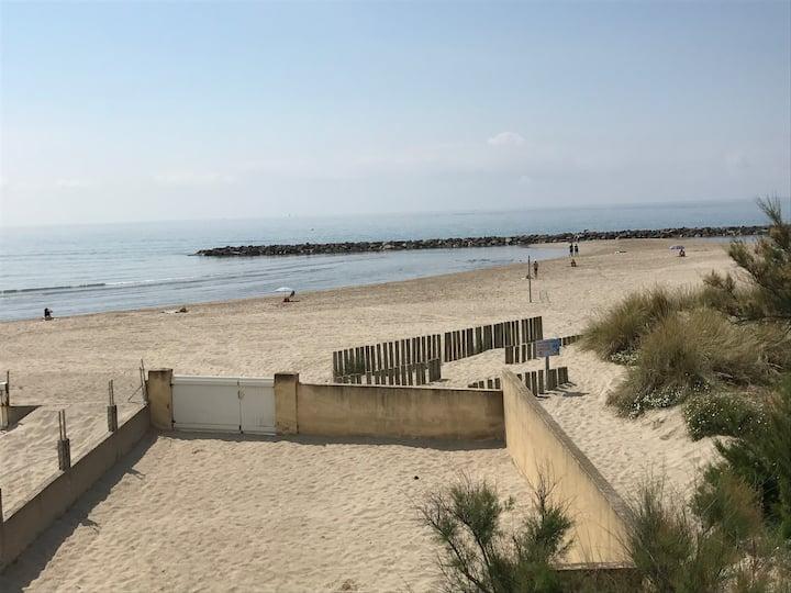 Maison pieds dans le sable avec splendide vue mer