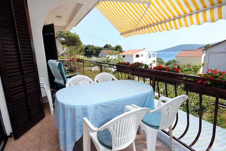 One bedroom apartment with terrace and sea view Brgulje (Molat) (A-6241-a)