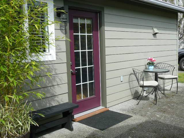 "Private, sunny 1BD ""tiny"" house/garden suite - Victoria - Ev"