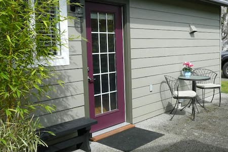 "Private, sunny 1BD ""tiny"" house/garden suite - Victoria"