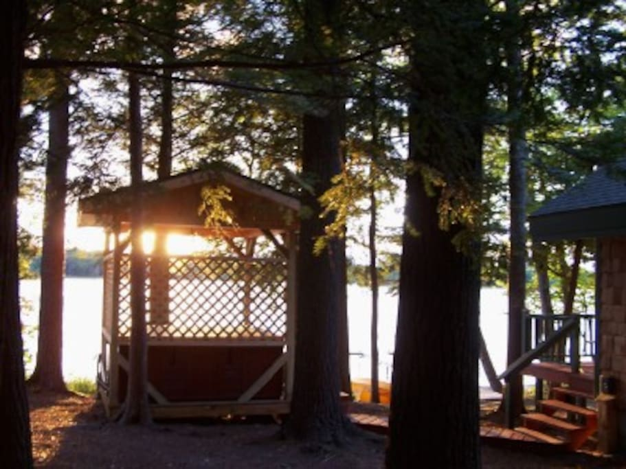 Relax in the hotub in the lakeside gazebo, rain or shine, morning or night.