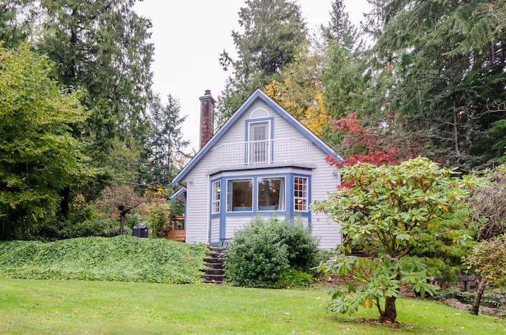 Cozy Cottage - Steps to the Beach! - Roberts Creek - Chalet