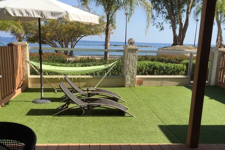 Beachfront ground floor apartment, private yard - Limasol - Daire