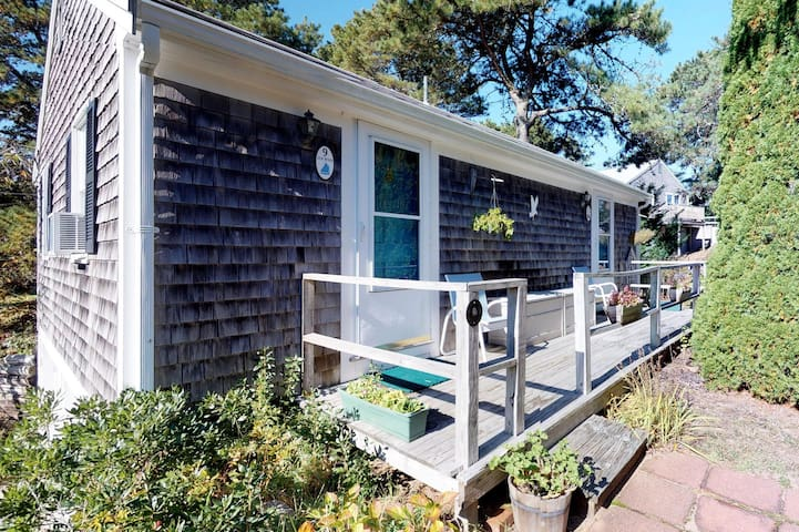 Cozy studio cottage - within walking distance of the beach and dining!