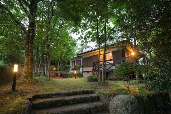 豊かな緑に囲まれた温泉付きの癒しの宿!観光地や駅まで徒歩8分!カップルファミリー女性限定の民泊です。