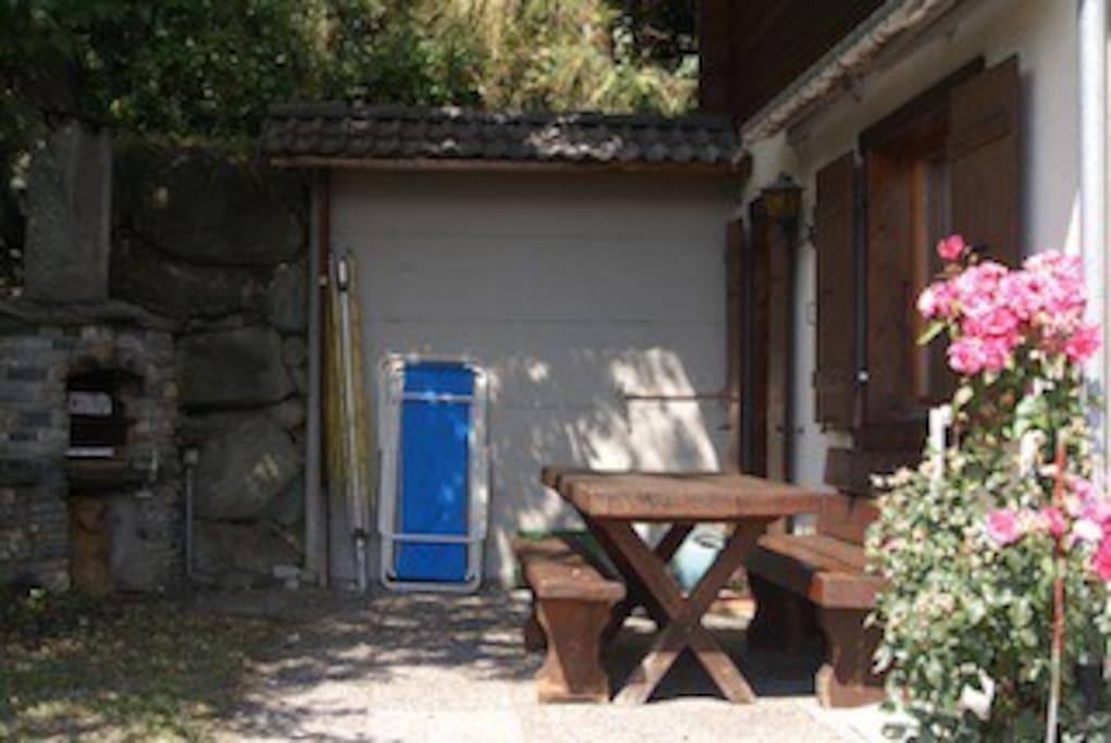 Le coin terrasse avec BBQ et chaises relax