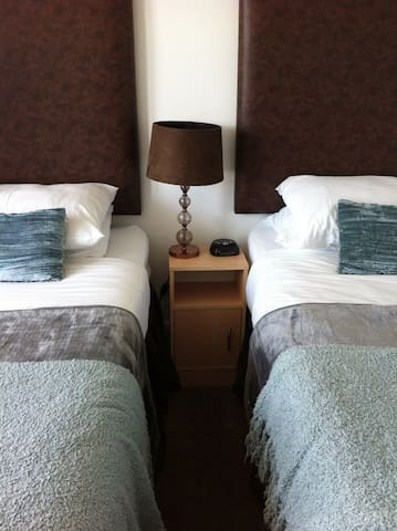 Twin room with shared shower/wc (SunnyBank House) - Sennen