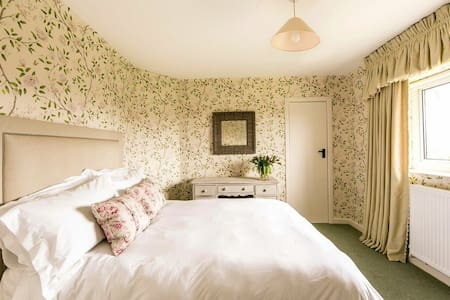 A second bedroom, double bed,basin - Surrey