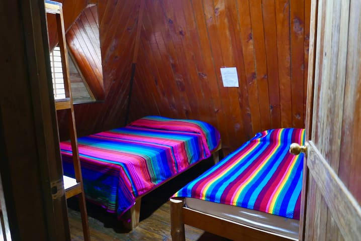 El cuarto y ultimo dormitorio esta en el segundo piso, tiene una cama Queen y una imperial