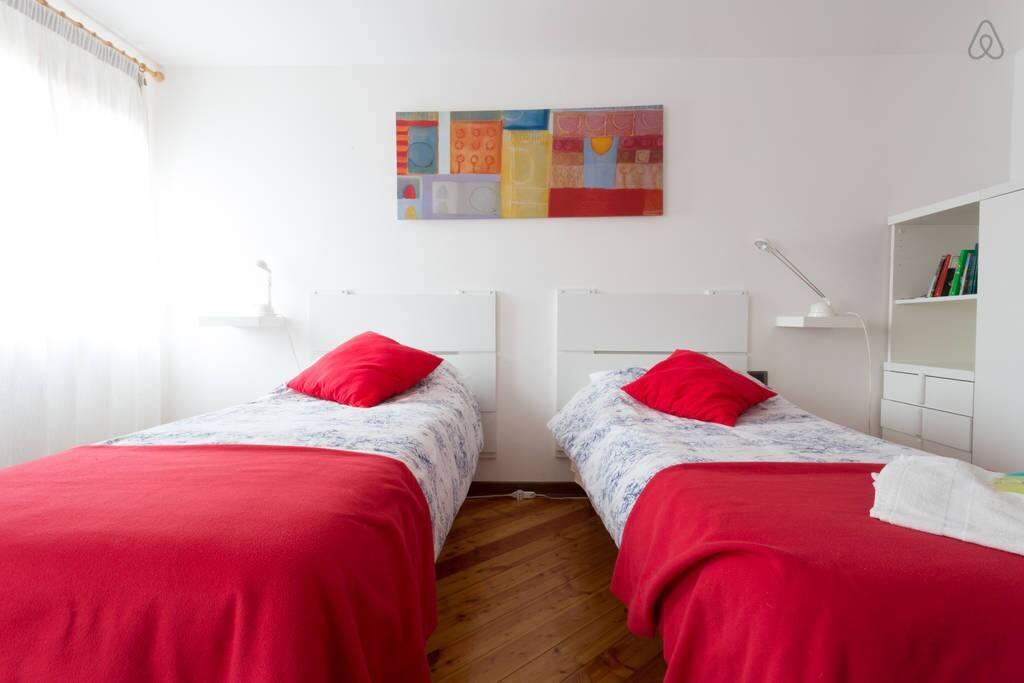 Stanza doppia pi letto per bambino pernottamento e - Tastiera del letto ...