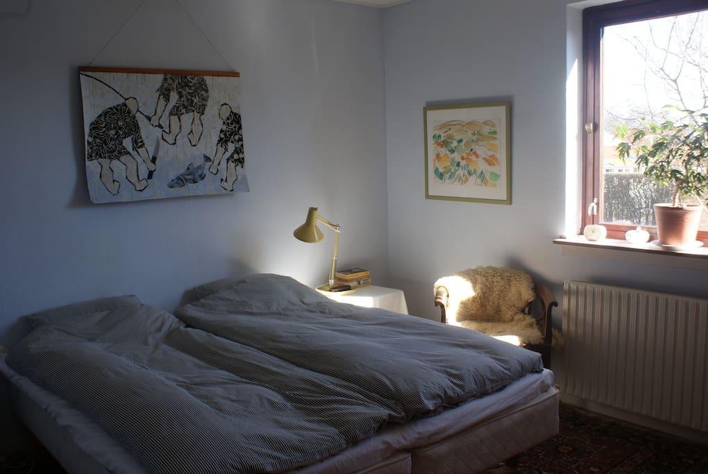 Soveværelse nr. 1 med flot lysindfald.