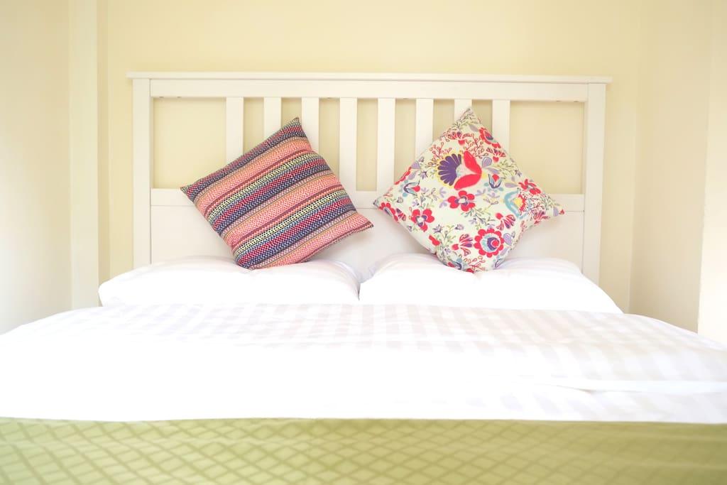 柔软的纯棉贡缎床品,抚慰旅途的风霜,带来甜蜜睡眠。