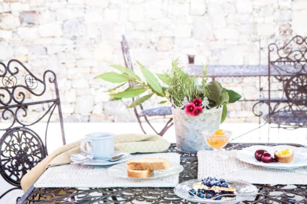 La nostra colazione in giardino
