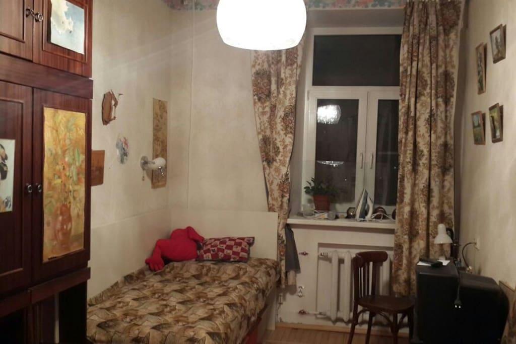 Комната (12 метров). Кровать, стол, шкаф, комоды. Тихо, уютно.