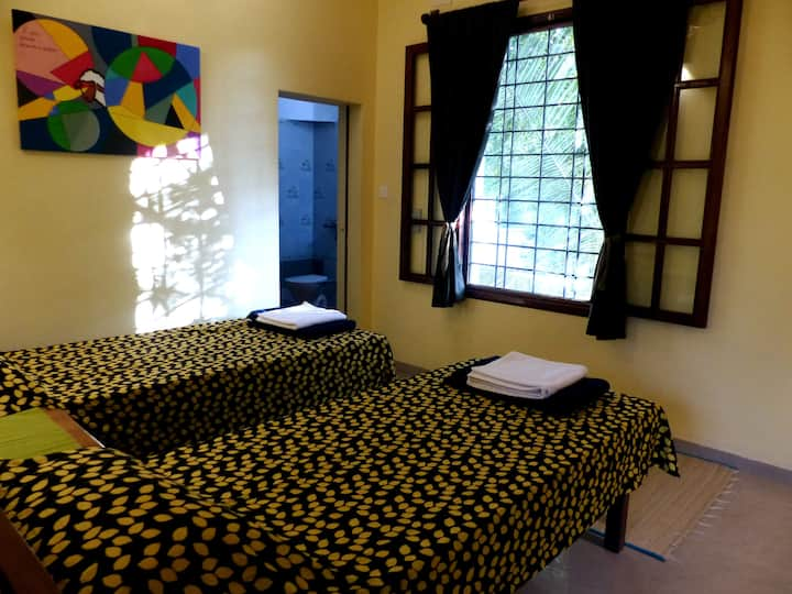 Double/2 single beds with bath - Glutotel homestay