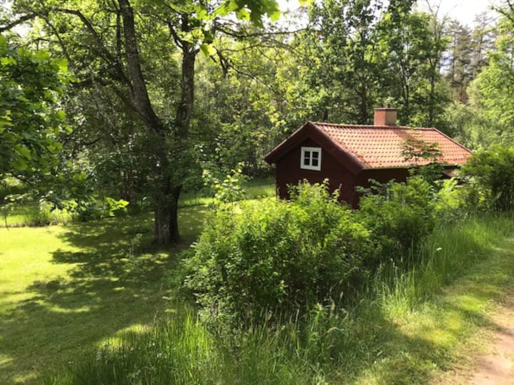 Charming cottage by the lake at Norrby estate