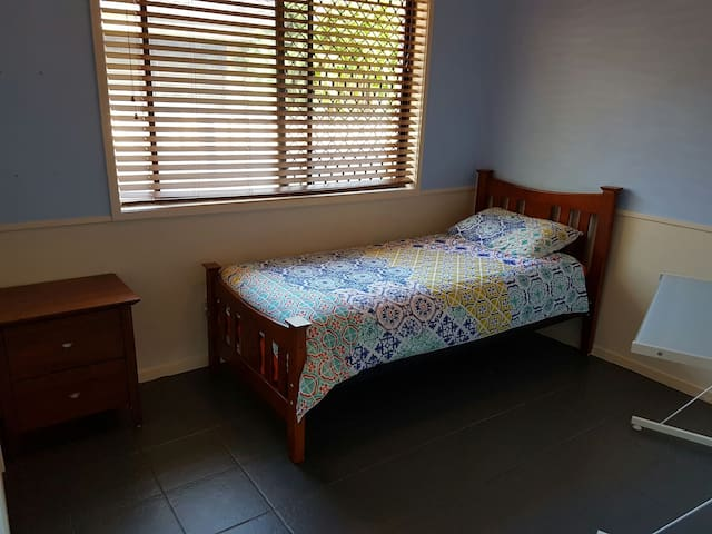 Quiet room in lovely neighbourhood - Ashmore - Rumah