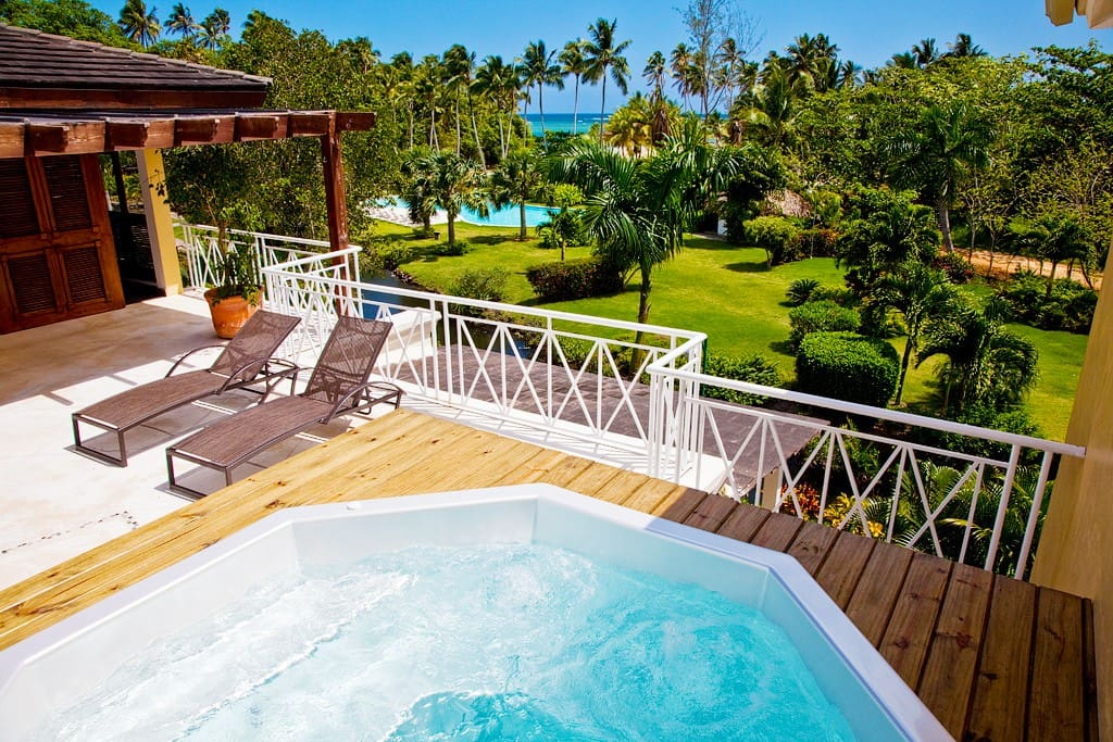 East terrace jacuzzi: 5 seats including one bed. Jacuzzi sur terrasse est: 5 places dont une couchée