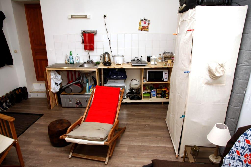 derrière l'armoire se cache un matelas neuf qui peut servir de couchage d'appoint supplémentaire, un sac de couchage est à votre disposition