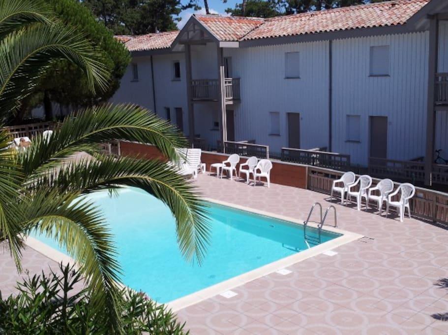1 chambre donne sur la piscine.