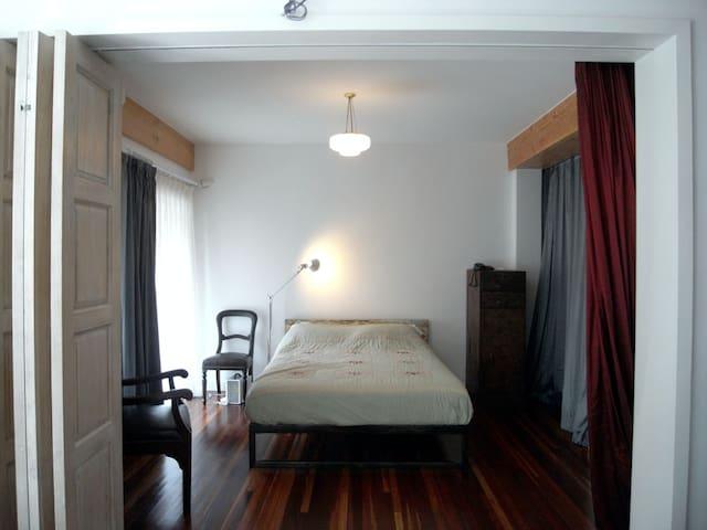 主卧室,跟客厅有推拉门,可以完全敞开。