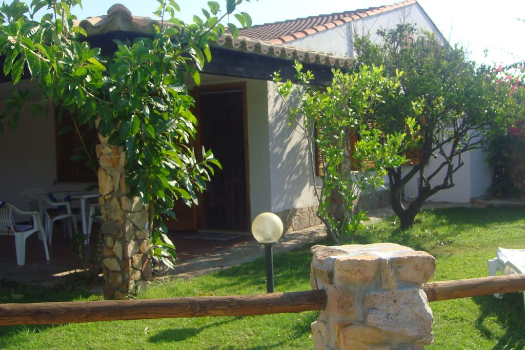 Large Garden with Outdoor Shower under the BOUGANVILLEA !!