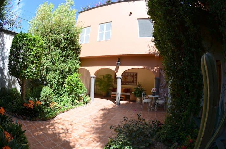 Room in Best Area & Knowledgeable Bilingual Host - San Miguel de Allende - Bed & Breakfast