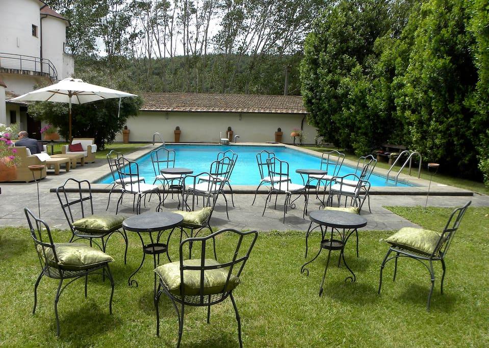 Il parco anteriore con la piscina visibile dalla camera.