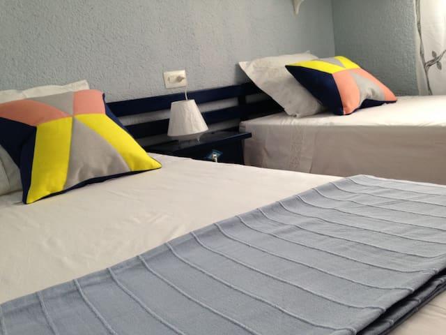 Una bonica habitació doble amb dos llits / Una bonita habitación doble con dos camas individuales / A nice double room, with two separate beds