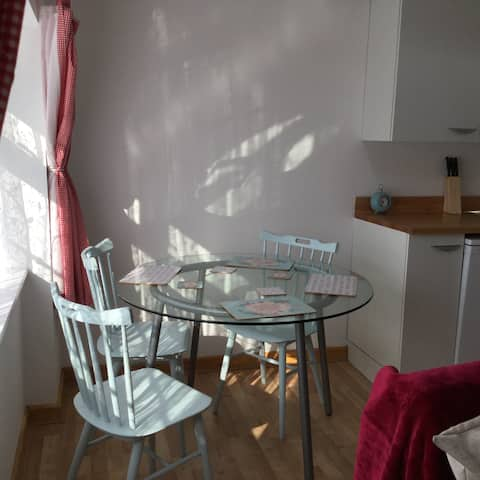 Private cosy flat, free road parking and garden