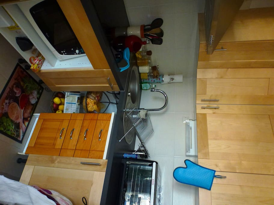Frigo congélateur, plaques, micro ondes, four, bouilloire, cafetière et grille pain