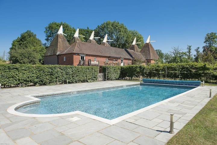CELEBRATION HOUSE WITH OUTDOOR POOL - sleeps 32