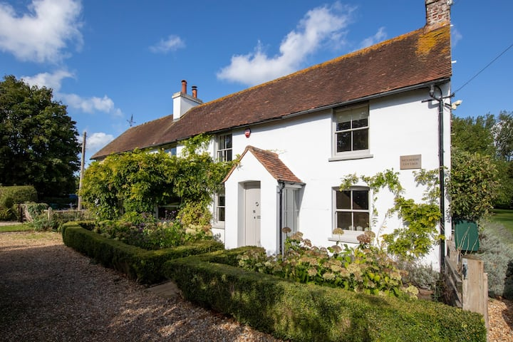 Amazing cottage for 14, 6bdr, pool, games room