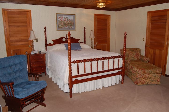 Lovely bedroom #2 w/private bath in Granville, TN