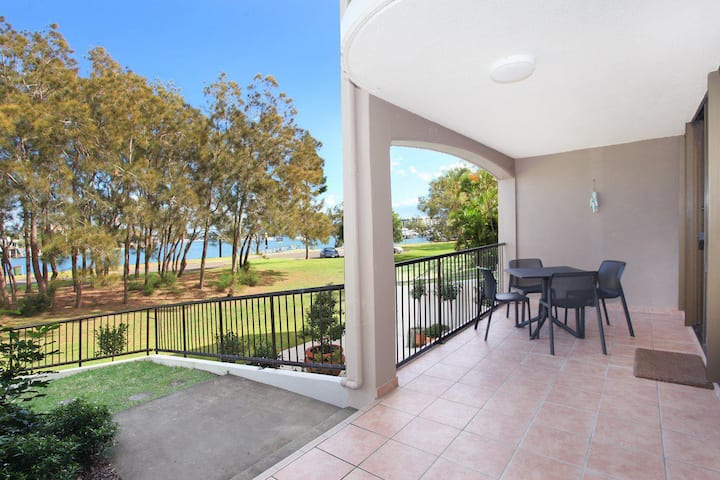 Beachport 14 - Newly Renovated 2 Bedroom Apartment on Parkyn Parade with Aircon!