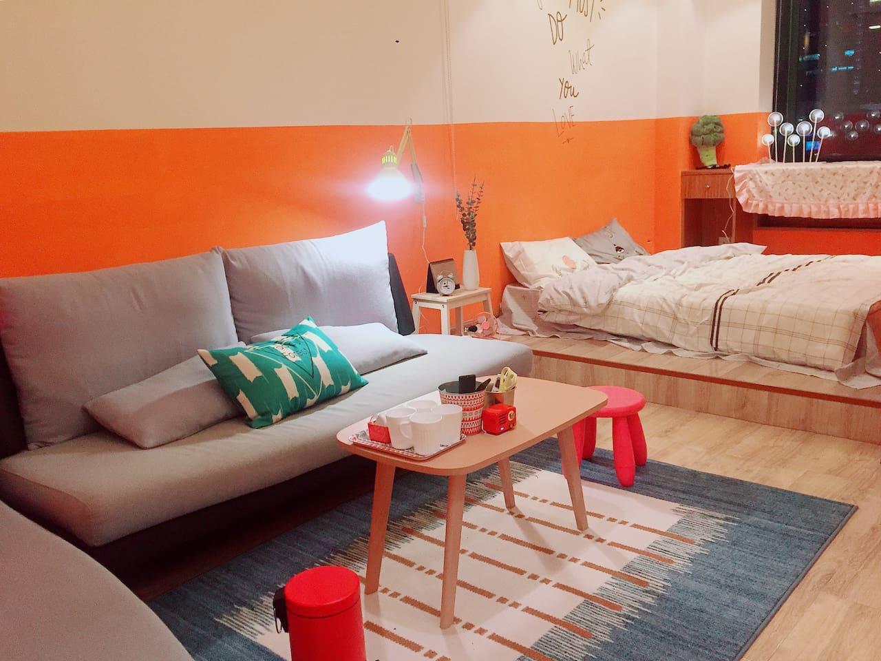 两张大沙发宽大舒适,窗帘能隔离大卧室