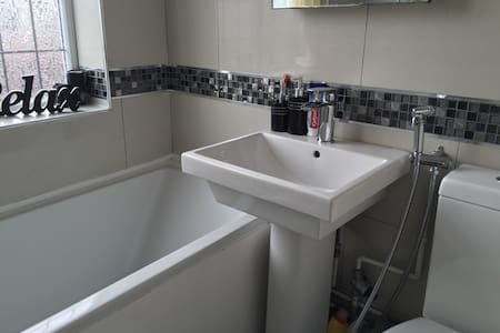 Clean and friendly home, - Luton
