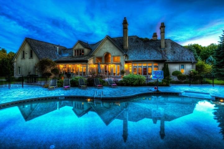 Executive 8000 ft2 Mansion Near Barrie and Toronto