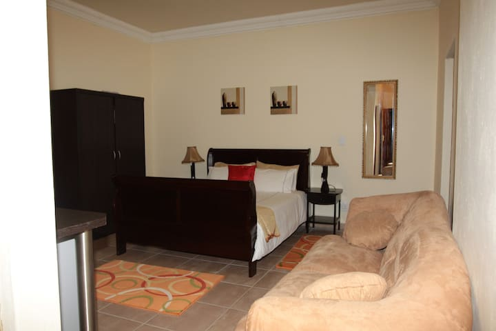 Pretoria Spacious Apartment - with swimming pool